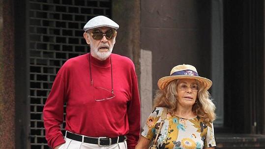 Sean Connery se svou manželkou, kterou převyšuje téměř o dvě hlavy.