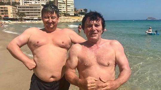 Pavel Trávníček (vpravo) v plavkách.