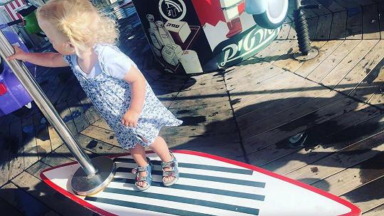Agátina dcera Mia pózovala na surfu.