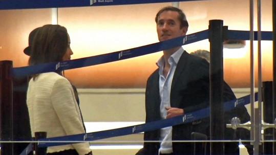 Terminál letiště v Los Angeles: Pippa Middleton a James Matthews přestupují do posledního letadla.