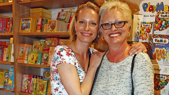 Kristina Kloubková pózuje s maminkou.
