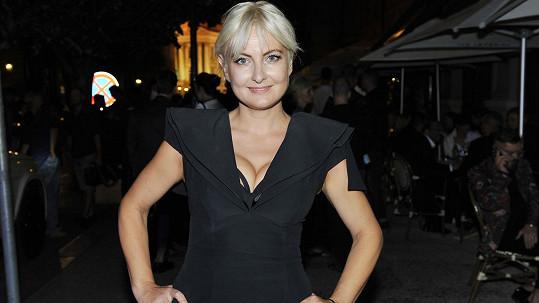 Černá a hluboký dekolt, to k nejvíce sexy české spisovatelce prostě patří.