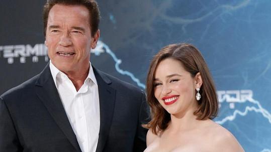 Arnold Schwarzenegger a Emilia Clarke nesdílejí stejné nadšení z nahoty ve scénáři.