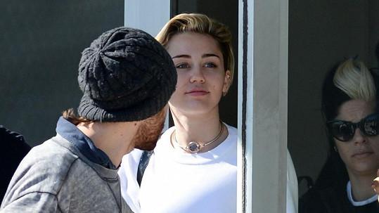 Podržte se! Rebelka Miley Cyrus randí s tímhle slavným svalovcem ... 24b42d4ae58