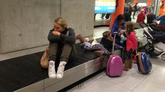 Simona Krainová při čekání na letišti v Kolíně nad Rýnem.