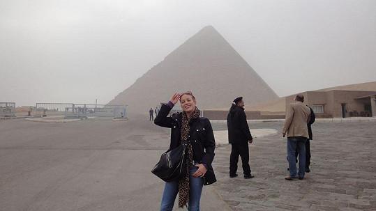 Tereza Mátlová k pyramidám oblékla bundičku.