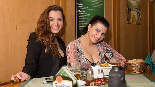 Andrea Kalivodová (vpravo) vyrazila na pivo.