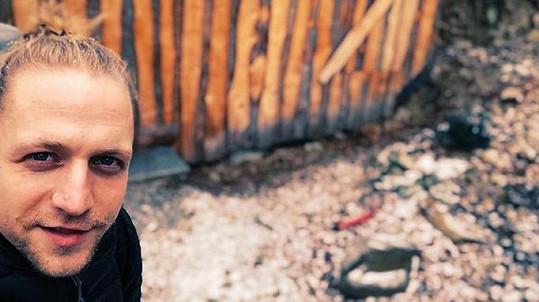 Tomáš Klus se na týden nechal zavřít do tmavé boudy.