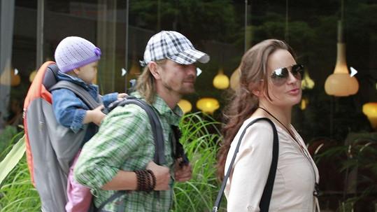 Jitka s manželem a dcerkou na kolonádě.