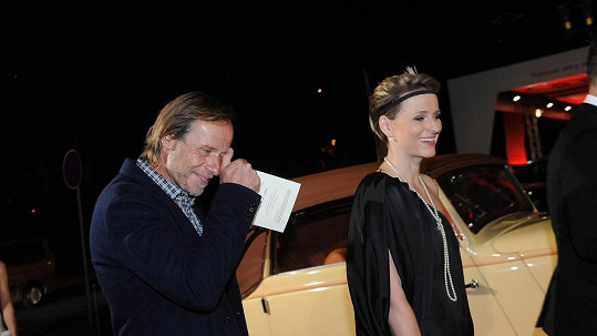 Karel Roden s půvabnou blondýnkou na párty