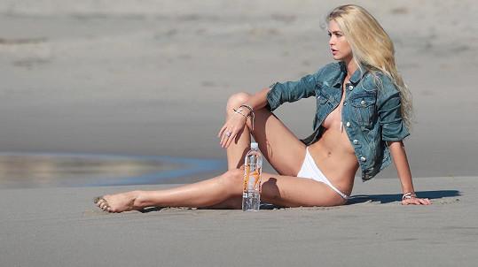 Modelka Kat Torres okouzlila svými půvaby.