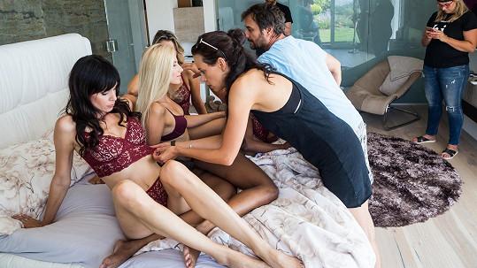 V posteli manželů bylo najednou přeplněno.