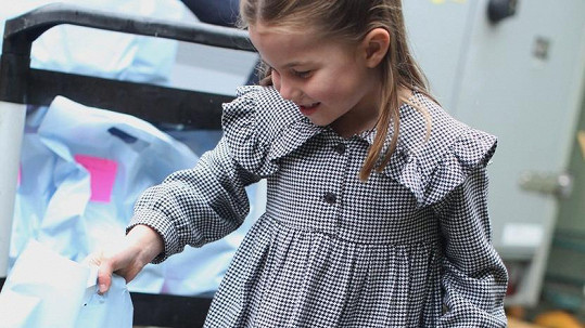 Princezna Charlotte pomáhá třídit balíčky s jídlem.