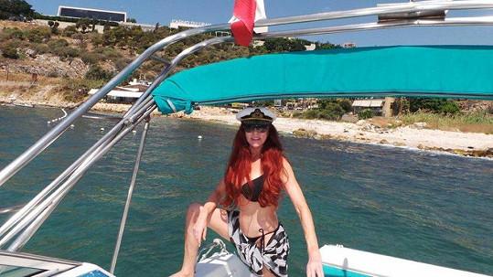 Blanka Matragi v plavkách