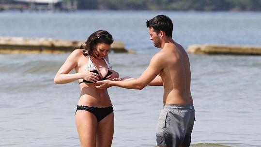 Ricky Rayment nabízí Jessice Wright pomocnou ruku...