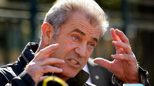 Mel Gibson je známý agresivním chováním.