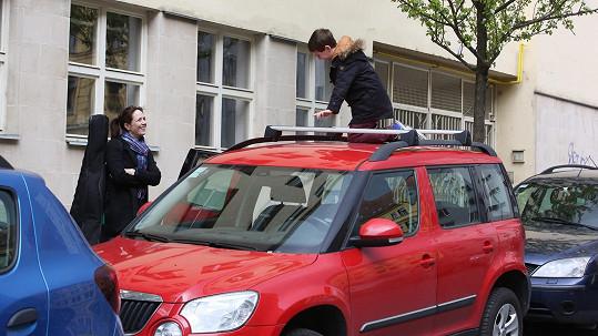 Tereza Kostková přemlouvala syna, aby slezl z auta.