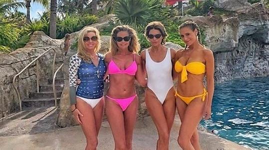 Denise Richards (v růžových bikinách) s kolegyněmi z reality show