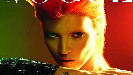 Kate Moss na obálce francouzského Vogue vypadá jako David Bowie.