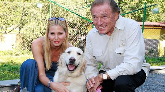 Karel Gott s manželkou Ivanou a fenkou Stellou