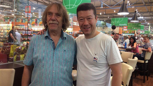 Jaromír Nohavica zapózoval s Tomiem Okamurou.
