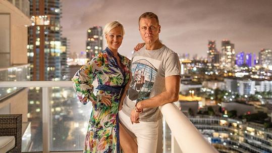 Zuza Belohorcová s manželem na balkoně luxusního bytu, který nyní opouští.