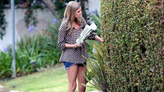 Nicky Hilton a její kostnaté nohy.