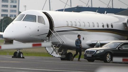 Justin vystupuje ze soukromého tryskáče na letišti.