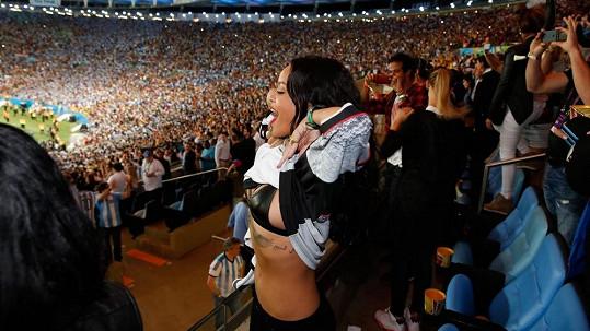 Rozjařená zpěvačka chtěla potěšit vítězný tým ukázkou spodního prádla.