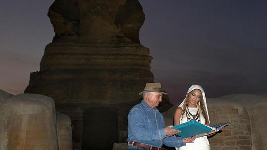 Beyoncé si prý s archeologem Hawassem nepadla do oka...