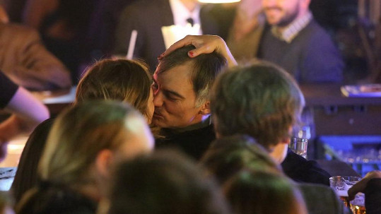Ivan Trojan přistižen při líbačce s neznámou brunetou.