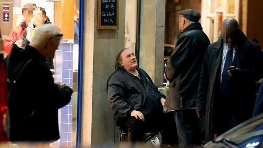 Gérard Depardieu se sousedy v pařížské ulici Cherche-Midi.