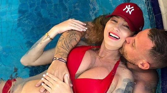 Dominika si užívá sluníčka s přítelem Tomášem.