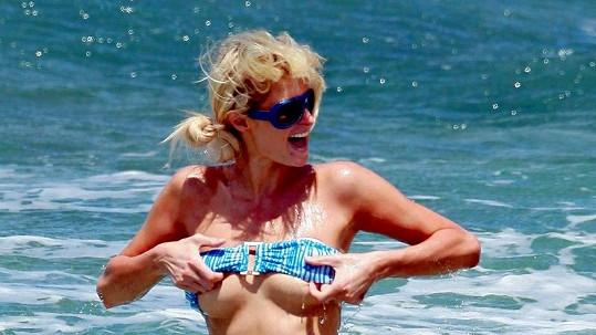 Paris Hilton v akci.