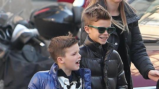 Synové Victorie a Davida Beckhamových si libují ve stylové módě.