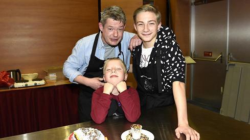 Háma se starším synem Jáchymem a mladším Mikulášem připravovali dort.