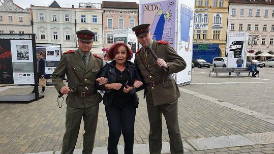 Zpěvačka se nechala zatknout v Českých Budějovicích.