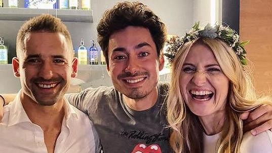 Mirai Navrátil s novomanžely Lucií Šafářovou a Tomášem Plekancem