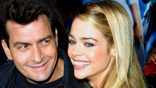 Charlie Sheen s Denise Richards na archivním snímku