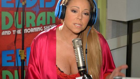 Mariah Carey se zapomněla obléknout.