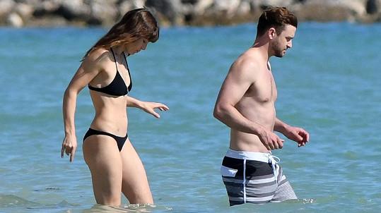 Justin i Jessica mají vysportovaná těla.