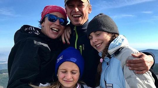 Herečka Kristýna Frejová je vedle přítele Honzy šťastná. Oba mají dceru.