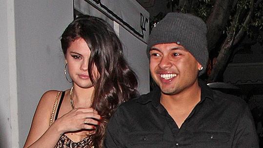 Viditelně alkoholem posilněná Selena Gomez s Alfredem Floresem.