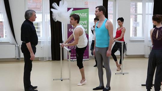Jirka Mádl a Ondřej Sokol v baletním úboru pod dozorem Vlastimila Harapese