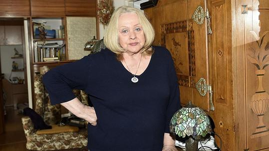 Věra Křesadlová s lampou v Tiffanyho stylu, do kterého se zamilovala v New Yorku.