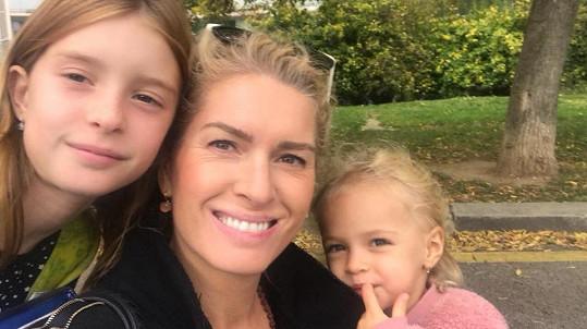 Olga Menzelová s dcerami doufá, že zas brzy budou mít důvod k radosti.