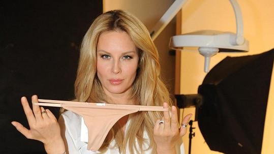 Simona ukazovala kalhotky.