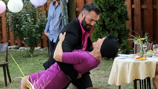 Jana Švandová tančí se svým seriálovým manželem Noidem.