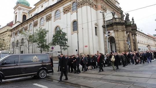 Pohřeb Pavla Landovského ochromil dopravu v Praze.