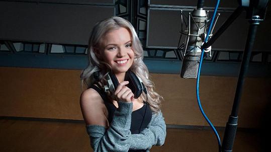 Veronika Stýblová nazpívala slavný hit v novém kabátě.